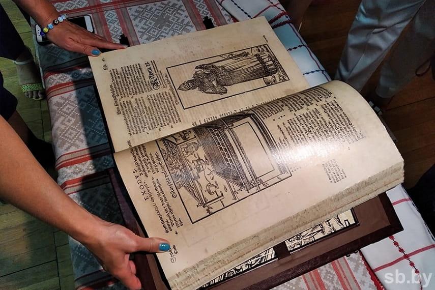 Бресту подарили факсимильные издания Брестской Библии