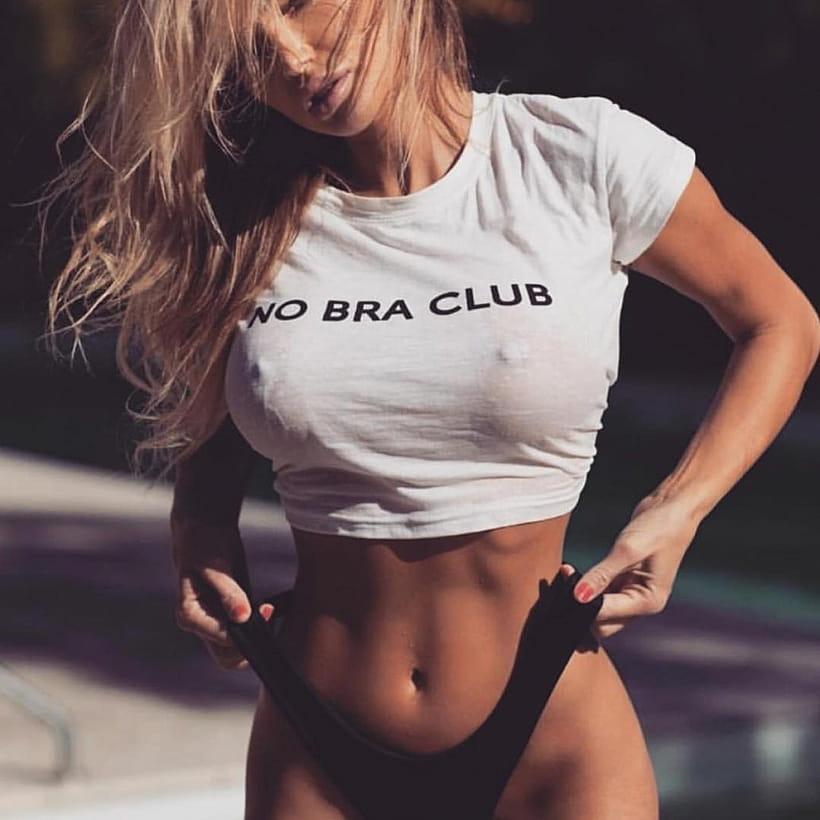 Девушки в футболках и без лифчика, воспиткой общаге