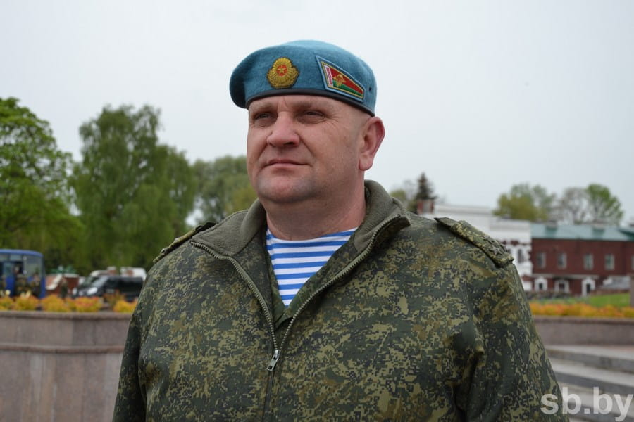В Брестской крепости десантники-старослужащие прощались со знаменем перед увольнением в запас
